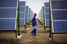 China prometió el sábado mayor apoyo a su debilitada industria de energía solar, en un esfuerzo para reanimar a un sector que lucha con un exceso de capacidad y bajas de precios. 16 de septiembre de 2013. REUTERS/Carlos Barria.