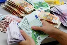 Le gouvernement prépare une refonte du Plan d'épargne logement (PEL), un des instruments d'épargne favoris des Français, croit savoir le Journal du Dimanche (JDD). La prime d'Etat de 1.000 à 1.500 euros versée lors du déblocage de cette épargne pourrait ainsi être supprimée, ce qui permettrait d'économiser une centaine de millions d'euros par an, écrit le JDD. /Photo d'archives/REUTERS