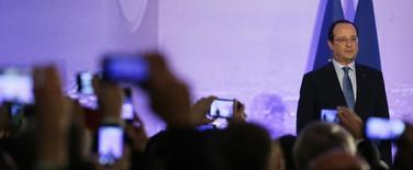 """Il n'y a pas, de la part de François Hollande, de changement de cap ou de politique mais une """"accélération"""", estime le ministre du Budget, Bernard Cazeneuve, après les ouvertures du chef de l'Etat à l'adresse des entreprises en ce début 2014. Son collègue François Lamy a pour sa part écarté l'idée d'un """"tournant social-libéral"""", à l'orée d'une année placée par le président sous le signe de la réduction du coût du travail et des dépenses publiques pour relancer l'emploi et l'économie. /Photo prise le 29 décembre 2013/REUTERS/Kenzo Tribouillard/Pool"""