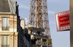 Les prix de l'immobilier ancien ont connu en 2013 une baisse de 1,8% en France en 2013 et de 3,9% à Paris, selon une étude publiée lundi par le réseau d'agences immobilières Century 21. /Photo prise le 16 décembre 2013/REUTERS/Mal Langsdon