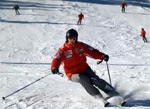 El retirado piloto alemán Michael Schumacher esquiando en el resort italiano Madonna Di Campiglio. Foto de archivo de ene 13, 2005. El retirado piloto alemán Michael Schumacher, siete veces campeón de la Fórmula Uno, seguía el lunes luchando por su vida en un hospital de Francia tras sufrir graves lesiones en la cabeza mientras esquiaba en el resort de Meribel, en los Alpes franceses, dijeron sus médicos. REUTERS/Stringer