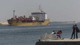 L'Egypte a invité 14 consortiums à lui présenter leurs projets de développement de la région du canal de Suez, espérant par ce biais augmenter les revenus générés par la voie d'eau pour compenser la fuite des touristes et des investisseurs internationaux depuis le soulèvement de 2011. /Photo prise le 13 juin 2013/REUTERS