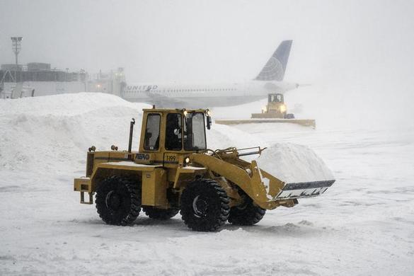 重型机械在2014年1月3日纽约冬季风暴期间清除拉瓜迪亚机场的积雪.REUTERS-Zoran Milich