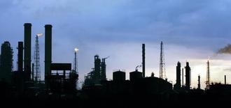 """La refinería de petróleos de Amuay en Punto Fijo, Venezuela, mayo 18 2006. La estatal Petróleos de Venezuela (PDVSA) dijo el lunes que el flexicoquer de la mayor refinería del país, Amuay, que procesa unos 645.000 barriles por día (bpd) de crudo, detuvo sus operaciones por un """"mantenimiento menor"""" que durará una semana. Reuters/ Jorge Silva"""