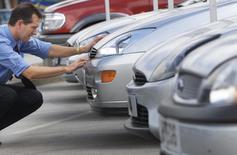 Les ventes de voitures neuves en Grande-Bretagne ont augmenté de 10,8% en 2013 pour atteindre un pic depuis 2007, selon des données publiées mardi par la Société des constructeurs et concessionnaires automobiles. /Photo d'archives/REUTERS