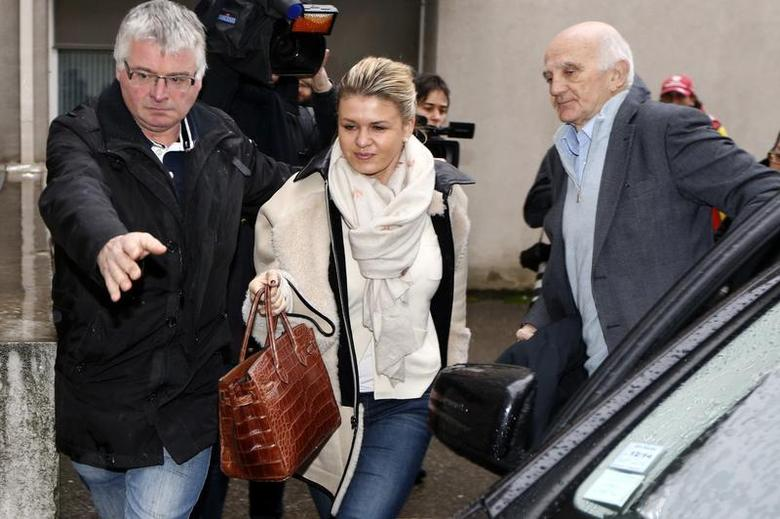 Corinna Schumacher (C), wife of former Formula One world champion Michael Schumacher, and Professor Gerard Saillant (R), president of the Institute for Brain and Spinal Cord Disorders (ICM), arrive at the CHU hospital emergency unit where Schumacher is hospitalized, in Grenoble, French Alps January 4, 2014. REUTERS/Charles Platiau