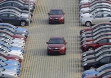 Funcionário de uma concessoniária da General Motors dirigem carros novos da marca Chevrolet, em Shenyang, na província de Liaoning. A General Motors Co e suas joint ventures chinesas venderam um recorde de 3,16 milhões de veículos na China em 2013, um aumento de 11,4 por cento ante o ano anterior, disse a montadora norte-americana nesta terça-feira. 7/11/2009. REUTERS/Sheng Li