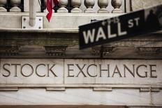 Wall Street a débuté en hausse mardi après trois séances de pertes d'affilée, soutenue par de bons indicateurs allemands et une baisse du déficit commercial américain. Quelques minutes après le début des échanges, le Dow Jones gagne 0,43%, le S&P-500 progresse de 0,4% et le Nasdaq prend 0,32%. /Photo d'archives/REUTERS/Lucas Jackson