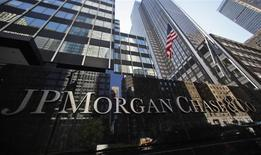 JPMorgan Chase va débourser plus de 2,5 milliards de dollars (1,8 milliard d'euros) d'indemnités et d'amendes pour mettre fin à une série de procédures judiciaires engagées à son encontre dans le dossier Bernard Madoff, l'une des fraudes financières les plus importantes de ces dernières décennies. /Photo prise le 19 septembre 2013/REUTERS/Mike Segar