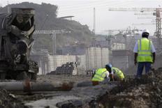 Sur le chantier de l'agrandissement du Canal de Panama, à Colon City. L'Autorité du Canal de Panama (APC) et le consortium d'entreprises privées chargé d'agrandir l'ouvrage se sont rapprochés mardi d'un compromis sur les surcoûts des travaux en cours, chacune des deux parties proposant un nouveau plan de financement. /Photo prise le 7 janvier 2014/REUTERS/Carlos Jasso