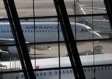 Air France-KLM a enregistré une hausse de 3,2% de son trafic passagers en décembre, tiré par l'ensemble des zones à l'exception de l'Asie. /Photo d'archives/REUTERS/Eric Gaillard