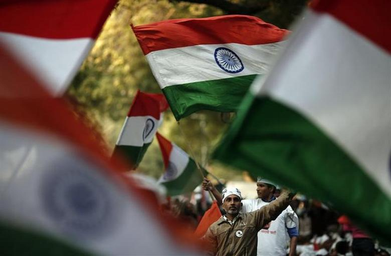 Supporters of Arvind Kejriwal, leader of the newly formed Aam Aadmi (Common Man) Party, wave India's national flag in New Delhi December 11, 2013. REUTERS/Adnan Abidi