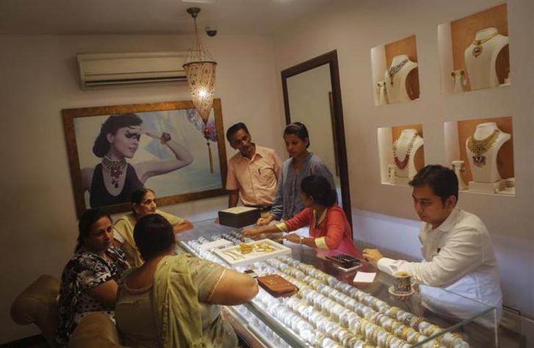 Customers shop inside a gold jewellery showroom in Mumbai August 30, 2013. REUTERS/Danish Siddiqui/Files