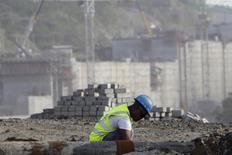 Un trabajador en las obras de expansión del Canal de Panamá en las afueras de Colón, ene 7 2014. El presidente ejecutivo de la constructora italiana Salini Impregilo presentó el miércoles dos propuestas para acabar con la disputa acerca de los sobrecostos de la ampliación del Canal de Panamá con el fin de poder completar las obras en el 2015. REUTERS/Carlos Jasso