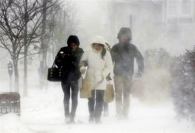 Elmwood Village residents walk down Elmwood Avenue after purchasing needed items from a grocery store in Buffalo, New York January 7, 2014. REUTERS/Don Heupel