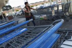 Unos carros de compras en un supermercado de la cadena Wal-Mart en Ciudad de México, abr 24 2012. La confianza del consumidor en México cayó en diciembre un 1.40 por ciento en términos desestacionalizados a 90.2 puntos, su nivel más bajo en más de dos años y medio, según cifras del instituto nacional de estadísticas divulgadas el miércoles. REUTERS/Edgard Garrido