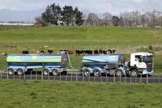 """Danone a engagé des poursuites à l'encontre de Fonterra pour obtenir réparation après une fausse alerte aux produits contaminés lancé l'été dernier par le producteur laitier néo-zélandais. Danone précise avoir mis fin à son contrat avec Fonterra et conditionner la poursuite de sa collaboration """"à un engagement de totale transparence de la part de son fournisseur et à la mise en oeuvre des procédures de sécurité alimentaire les plus avancées"""". /Photo prise le 6 août 2013/REUTERS/Nigel Marple"""