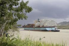 La Autoridad del Canal de Panamá (ACP) rechazó el miércoles una propuesta de la constructora italiana Salini Impregilo, que reclama 1.000 millones de dólares para continuar con las obras de ampliación de la vía interoceánica, y aseguró que tiene listo un plan alternativo. En la foto del miércoles, un barco de carga transita or el canal. Ene 8, 2014. REUTERS/Carlos Jasso