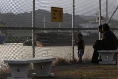 A Panama, sur une rive de l'embouchure du Canal de Panama côté océan Pacifique. L'Autorité du Canal de Panama Canal (ACP) a refusé catégoriquement mercredi une proposition prévoyant qu'elle débourse un milliard de dollars pour poursuivre les taux d'agrandissement du canal et a prévenu le consortium des constructeurs qui dirige ce projet qu'elle pourrait demander à d'autres de finir le travail. /Photo prise le 8 janvier 2014/REUTERS/Carlos Jasso
