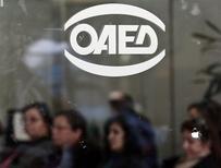 Devant une agence pour l'emploi, à Athènes. Le taux de chômage en Grèce a légèrement augmenté en octobre pour atteindre 27,8%, un nouveau record historique. /Photo prise le 9 janvier 2014/REUTERS/Yorgos Karahalis