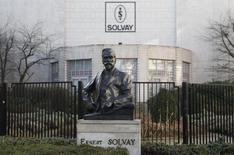 Le groupe chimique belge Solvay a confirmé jeudi la vente de sa participation dans sa filiale argentine Solvay Indupa à Braskem, le premier groupe pétrochimique d'Amérique latine, malgré l'avis défavorable des autorités argentines à une partie du projet. /Photo d'archives/REUTERS/Thierry Roge