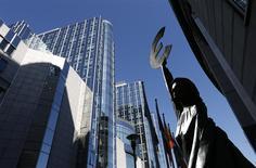 Monumento en representación a la unidad europea afuera del Parlamento Europeo, Bruselas, sep 5, 2013. La confianza económica en la zona euro mejoró más de lo esperado en diciembre y alcanzó su promedio a largo plazo por primera vez desde julio del 2011, debido a que todos los sectores parecieron tener más seguridad en el ritmo de la recuperación económica en curso. REUTERS/Francois Lenoir