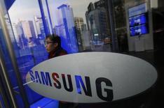 Homem sai da sede da Samsung em Seul, Coreia do Sul, 6 de janeiro de 2014. A Apple e a Samsung concordaram em comparecer a uma sessão de mediação a ser realizada em 19 de fevereiro ou antes, conforme se preparam para se enfrentar em um tribunal em março sobre patentes de smartphones. 06/01/2014 REUTERS/Kim Hong-Ji