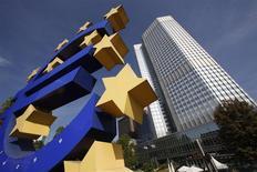 Escultura do euro é vista perto da sede do Banco Central Europeu (BCE), em Frankfurt, Alemanha. O BCE manteve sua principal taxa de juros na mínima recorde de 0,25 por cento nesta quinta-feira, abstendo-se de nova ação por enquanto avalia se precisa responder às leituras sobre o custo de vida fracas o suficiente para levantar preocupações com uma deflação. 29/09/2011 REUTERS/Ralph Orlowski