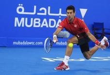 Novak Djokovic, da Sérvia, devolve a bola para David Ferrer, da Espanha, durante a final do Campeonato Mubadala em Abu Dhabi, Emirados Árabes. 28/12/2013 REUTERS/Rula Rouhana
