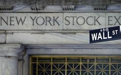 Les marchés d'actions américains ont ouvert en hausse jeudi, après l'annonce d'une baisse plus importante que prévu des inscriptions au chômage lors de la semaine au 4 janvier. Quelques minutes après le début des échanges, l'indice Dow Jones gagnait 0,29%, le Standard & Poor's 500 progressait de 0,28% et le Nasdaq Composite prenait 0,41% à 4.182,492. /Photo d'archives/REUTERS/Brendan Mcdermid