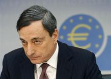 Le président de la Banque centrale européenne Mario Draghi a déclaré que l'institution s'attendait à ce que l'inflation dans la zone euro reste faible pendant un certain temps avant de remonter vers l'objectif qu'elle s'est fixé. /Photo prise le 9 janvier 2014/REUTERS/Ralph Orlowski