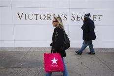 """Una mujer camina con una bolsa de la minorista Victoria's Secret durante las ventas del """"Black Friday"""" en Nueva York, nov 29 2013. Muchos minoristas estadounidenses tuvieron que incrementar sus promociones el mes pasado debido a que los compradores siguieron cuidando sus gastos durante la temporada de fiestas de fin de año y eso afectó a varias cadenas. REUTERS/Lucas Jackson"""