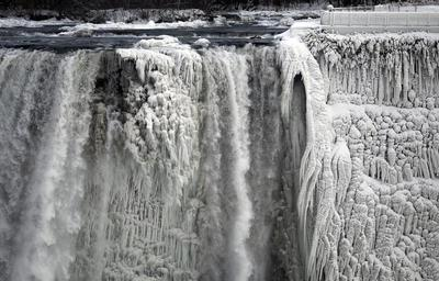 Niagara Falls partially freezes
