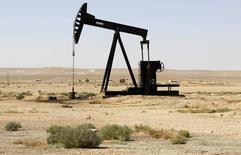 Станок-качалка в сирийской провинции Ракка 12 сентября 2013 года. Цена на нефть эталонной марки Brent приблизилась к $107 за баррель на фоне беспокойства по поводу поставок из Северной Африки, но рост был сдержан слухами о том, что сильные данные США могут заставить ФРС продолжить сворачивание программы стимулов. REUTERS/Molhem Barakat