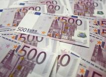 Купюры валюты евро в банке в Сеуле 18 июня 2012 года. Спрос на гособлигации периферийных стран еврозоны способствовал росту евро с минимума месяца к доллару, в то время как инвесторы находятся в ожидании трудовой статистики США. REUTERS/Lee Jae-Won