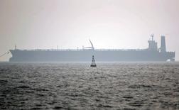 Нефтеналивной танкер в Персидском заливе 27 мая 2006 года. Иран сможет поставлять России до 500.000 баррелей нефти в сутки в обмен на товары из РФ после снятия санкций на экспорт нефти с Тегерана, сообщили три источника в обоих странах, знакомые с подготовкой соглашения. REUTERS/Morteza Nikoubazl