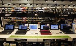 Selon une étude préliminaire du cabinet IDC, les ventes mondiales d'ordinateurs ont chuté de 10% en 2013, à 314,6 millions, les PC étant délaissés au profit des tablettes et smartphones. /Photo d'archives/REUTERS/Eric Gaillard