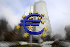 Uma escultura do símbolo do euro fotografada em frente à sede do Banco Central Europeu, em Frankfurt. A economia da zona do euro encolheu 0,3 por cento no terceiro trimestre na comparação anual, em ritmo menor que a contração de 0,4 por cento estimada anteriormente, informou a agência de estatísticas da zona do euro, Eurostat, em sua terceira e última revisão dos dados. 15/01/2009. REUTERS/Kai Pfaffenbach