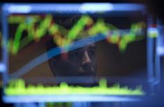 La Bourse de New York a ouvert dans le vert vendredi malgré le chiffre très décevant des créations d'emploi aux Etats-Unis en décembre publié une heure avant la cloche. Quelques minutes après le début des échanges, l'indice Dow Jones gagnait 0,11%, le Standard & Poor's 500 progressait de 0,15% et le Nasdaq Composite prenait 0,3%. /Photo d'archives/REUTERS/Carlo Allegri