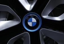 Логотип BMW на колесе концепт-кара i3 на пресс-конференции в Мюнхене 13 марта 2012 года. Продажи немецкого автопроизводителя BMW в Китае выросли на 20 процентов в 2013 году, сделав Поднебесную крупнейшим рынком для концерна. REUTERS/Michaela Rehle
