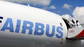 Un Airbus A330-200F. L'avionneur européen étudie la possibilité de doter son avion long-courrier A330 de moteurs plus performants, sur le modèle de ceux proposés sur les monocouloirs de la famille A320, selon des sources industrielles et des analystes. /Photo d'archives/REUTERS/Vivek PRAKASH