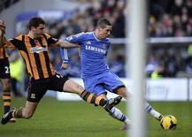 Torres, do Chelsea, chuta e marca contra o Hull City durante a partida pelo Campeonato Inglês, em Hull. Eden Hazard e Fernando Torres foram o destaque do Chelsea na vitória por 2 x 0 sobre o Hull City, que levou o clube ao topo do Campeonato Inglês, neste sábado. 11/01/2014 REUTERS/Nigel Roddis