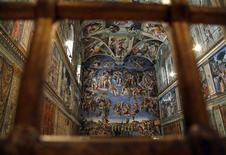 Le pape François a baptisé dimanche 32 nourrissons dans la chapelle Sixtine en déclarant aux mères présentes qu'elles ne devaient pas hésiter à les allaiter dans ce haut lieu de l'art et de la religion. /Photo prise le 9 mars 2013/REUTERS/Stefano Rellandini