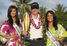 Jimmy Walker of the U.S. celebrates with Miss Hawaii USA Moani Hara (L) and Miss Teen Hawaii USA Mariah Gosling after winning the final round of the Sony Open golf tournament at Waialae Country Club in Honolulu, Hawaii, January 12, 2014. REUTERS/Hugh Gentry
