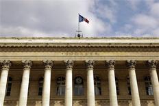 Les principales Bourses européennes ont ouvert en légère hausse lundi, portées par les compartiments bancaire et automobile, poursuivant ainsi sur leur lancée de la semaine dernière qui les avait vues terminer non loin d'un pic de cinq ans et demi. Vers 09h40, le CAC 40 avançait de 0,09% à Paris, le Dax prenait 0,04% à Francfort et le FTSE gagnait 0,11% à Londres. /Photo d'archives/REUTERS/Charles Platiau