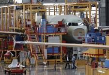 Airbus envisage d'augmenter en deux temps la production de ses avions les plus demandés après avoir engrangé un record de 1.619 commandes en 2013, qui porte son carnet à près de neuf années de production. /Photo d'archives/REUTERS/Jason Lee