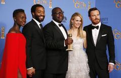"""Atriz Nyong'o, ator Ejiotor, diretor McQueen, atriz Paulson e ator Fassbender posam para foto com o troféu de melhor filme vencido por """"12 Anos de Escravidão"""", no 71º Golden Globe Awards, em Beverly Hills, na Califórnia. O filme """"12 Anos de Escravidão"""" recebeu o cobiçado prêmio Globo de Ouro de melhor drama, e """"Trapaça"""" levou o troféu de melhor musical ou comédia, na cerimônia que abriu, no domingo, a temporada de premiações em Hollywood. 12/01/2014. REUTERS/Lucy Nicholson"""