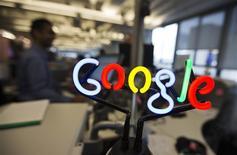 Google a annoncé lundi qu'il comptait acheter Nest Labs, un fabricant de thermostats intelligents et de détecteurs de fumée, pour 3,2 milliards de dollars (2,34 milliards d'euros), ce qui représente l'une des plus importantes acquisitions du moteur de recherche. /Photo d'archives/REUTERS/Mark Blinch