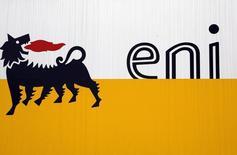 Логотип Eni в Сан-Донато-Миланезе 5 февраля 2013 года. Итальянская нефтегазовая компания Eni вслед за другими международными энергетическими компаниями прекратит поиск сланцевого газа в Польше из-за нечеткого регулирования и сложной геологической структуры, сообщило во вторник польское издание Puls Biznesu со ссылкой на источники. REUTERS/Stefano Rellandini