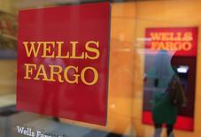 Логотип Wells Fargo на отделении банка в Нью-Йорке 13 июля 2012 года. Прибыль Wells Fargo & Co, крупнейшего ипотечного банка США, выросла на 11 процентов в четвертом квартале благодаря сокращению тысяч рабочих мест в его национальном бизнесе во второй половине года. REUTERS/Shannon Stapleton